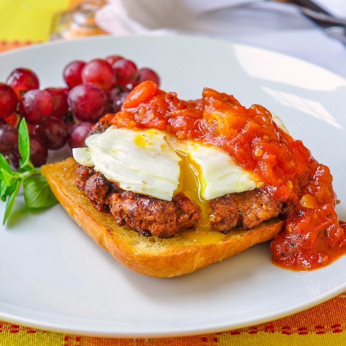 HOMEMADE CHORIZO SAUSAGE SHOWN WITH EGGS AND SPICY TOMATO COMPOTE ON TOAST CHORIZO ​​CASERO FÁCIL.  ¡MENOS SAL Y SIN CONSERVANTES AÑADIDOS!