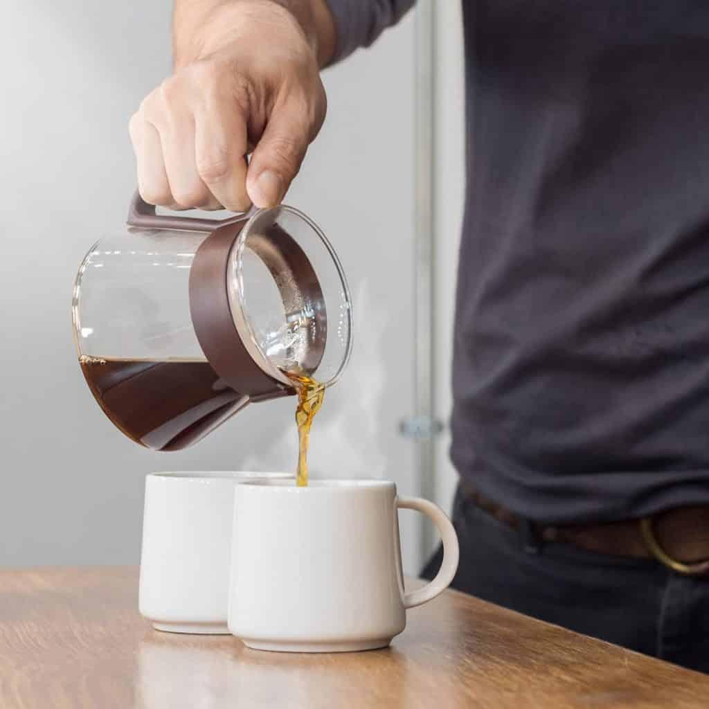 1618335216 POURING COFFEE INT MUG SHUTTERSTOCK 1014150025 11 RECETAS SALUDABLES DE CAFÉ QUE VAN MÁS ALLÁ DE TOMARLO NEGRO