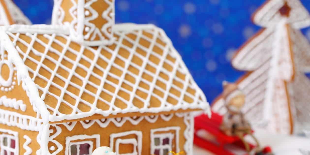 1618472570 GINGERBREAD HOUSE RECETA DE LA CASA DE PAN DE JENGIBRE | EPICURIOUS.COM