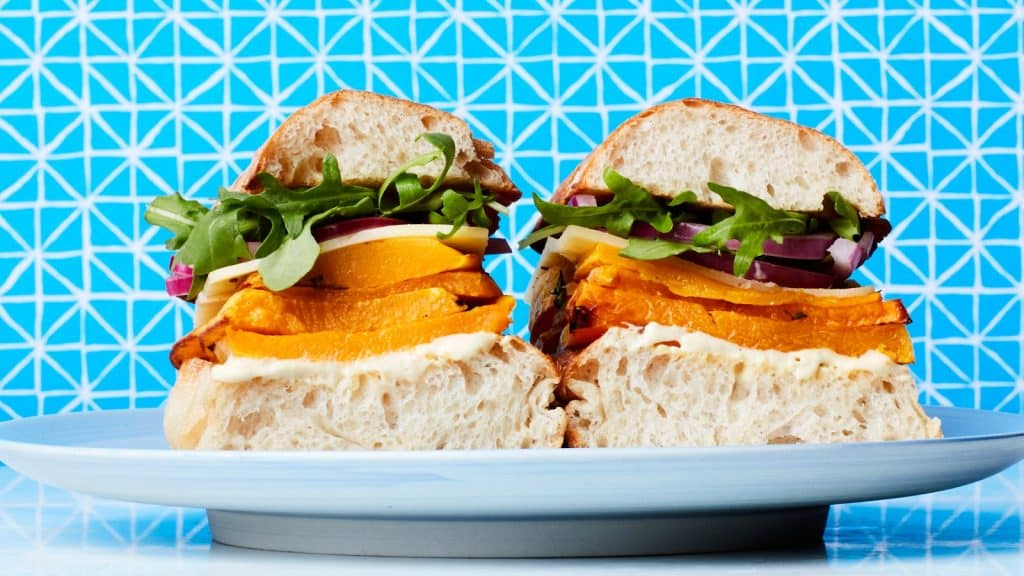 BUTTERNUT SQUASH SANDWICH CHEDDAR CHEESE AND PICKLED RED ONION 28092017 82 MEJORES RECETAS DE SÁNDWICHES   EPICURIOSO