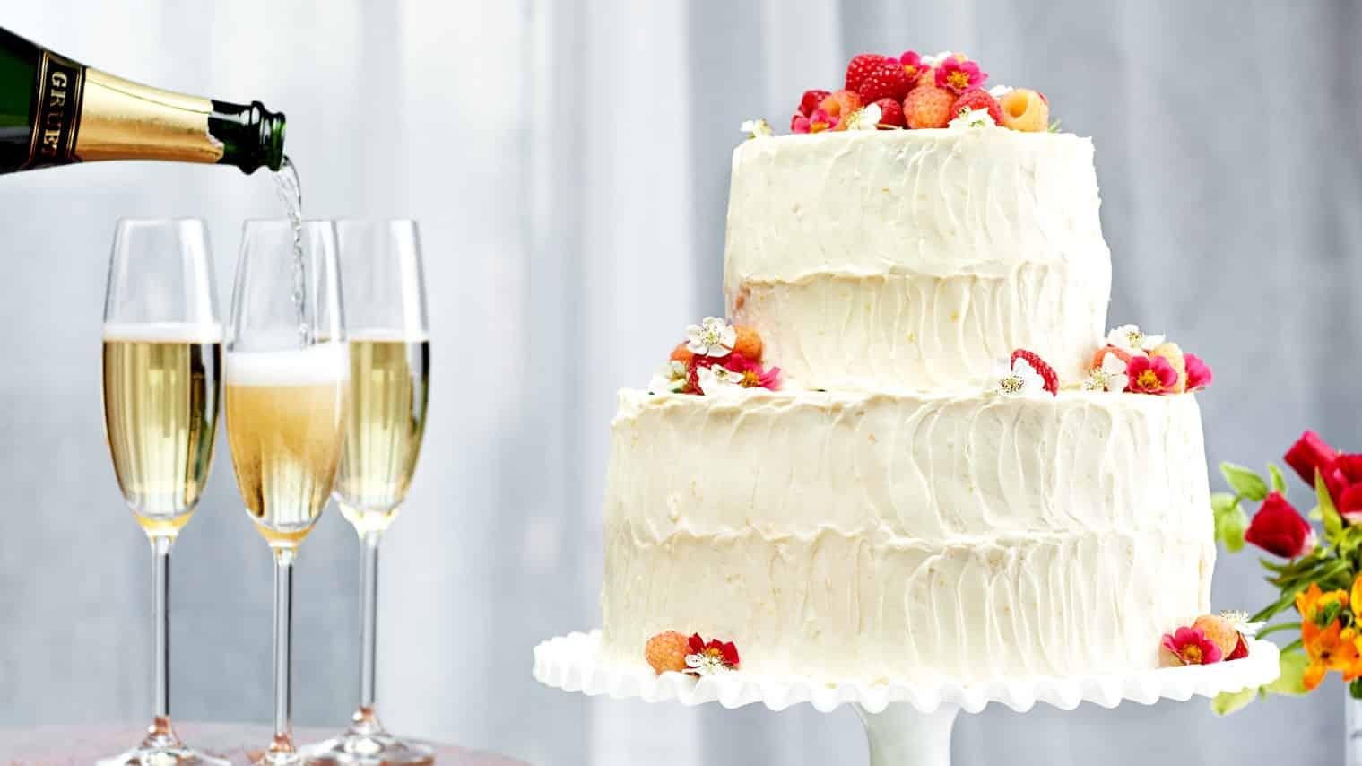 EP 06062016 VANILLA BUTTERMILK WEDDING CAKE WITH RASPBERRIES AND ORANGE CREAM CHEESE 100 RECETAS PARA HACER EN SU BATIDORA DE PIE   EPICURIOSO