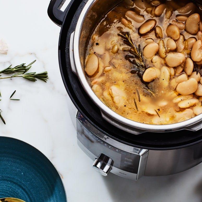 La imagen puede contener una cacerola y un utensilio para verduras.