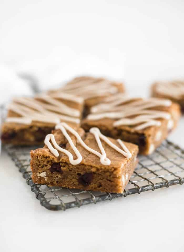 BLONDIES DE PAN DE JENGIBRE CON CHOCOLATE BLANCO Y ARÁNDANOS