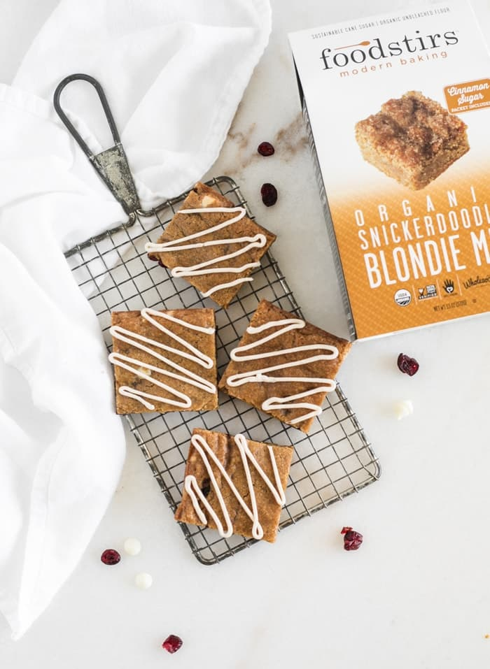 BLONDIES FÁCILES DE PAN DE JENGIBRE Y CHOCOLATE BLANCO CON ARÁNDANOS