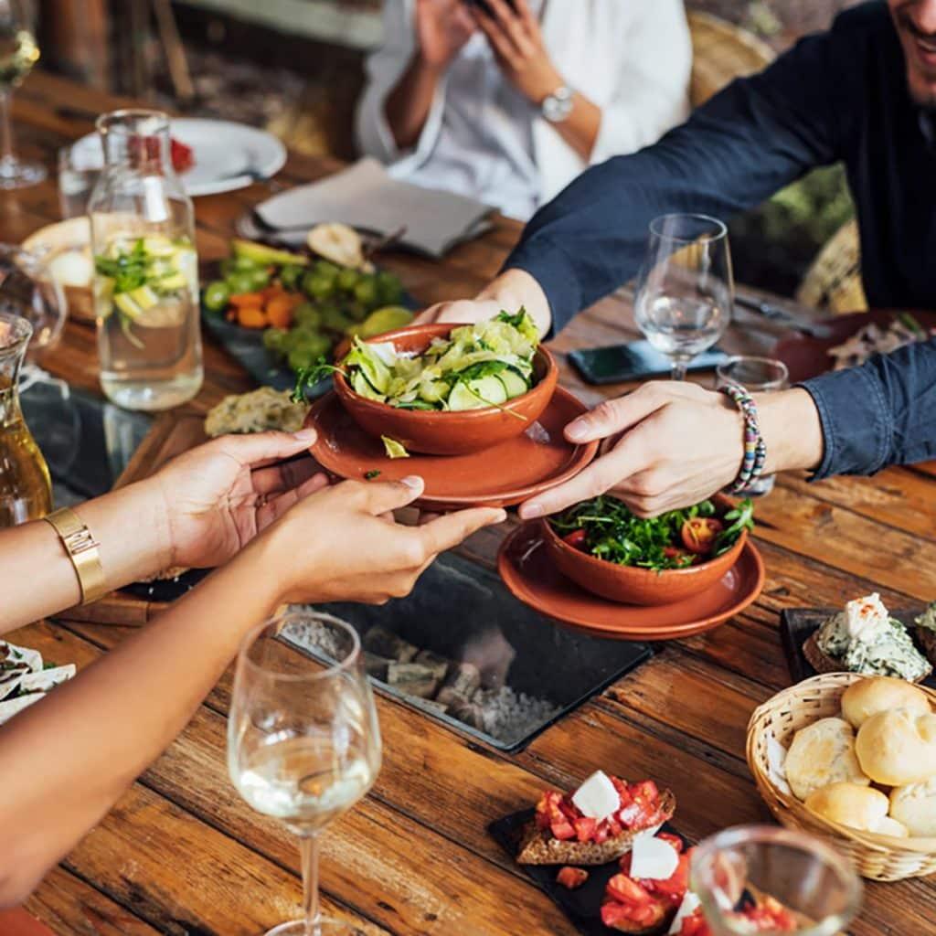 FRIENDS EATING A VEGETARIAN MEAL SHUTTERSTOCK 1021018564 LAS 10 MEJORES CADENAS DE RESTAURANTES PARA VEGETARIANOS