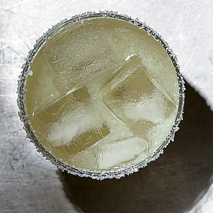 LA IMAGEN PUEDE CONTENER BEBIDA BEBIDA CÓCTEL ALCOHOL ANIMAL REPTIL Y SERPIENTE