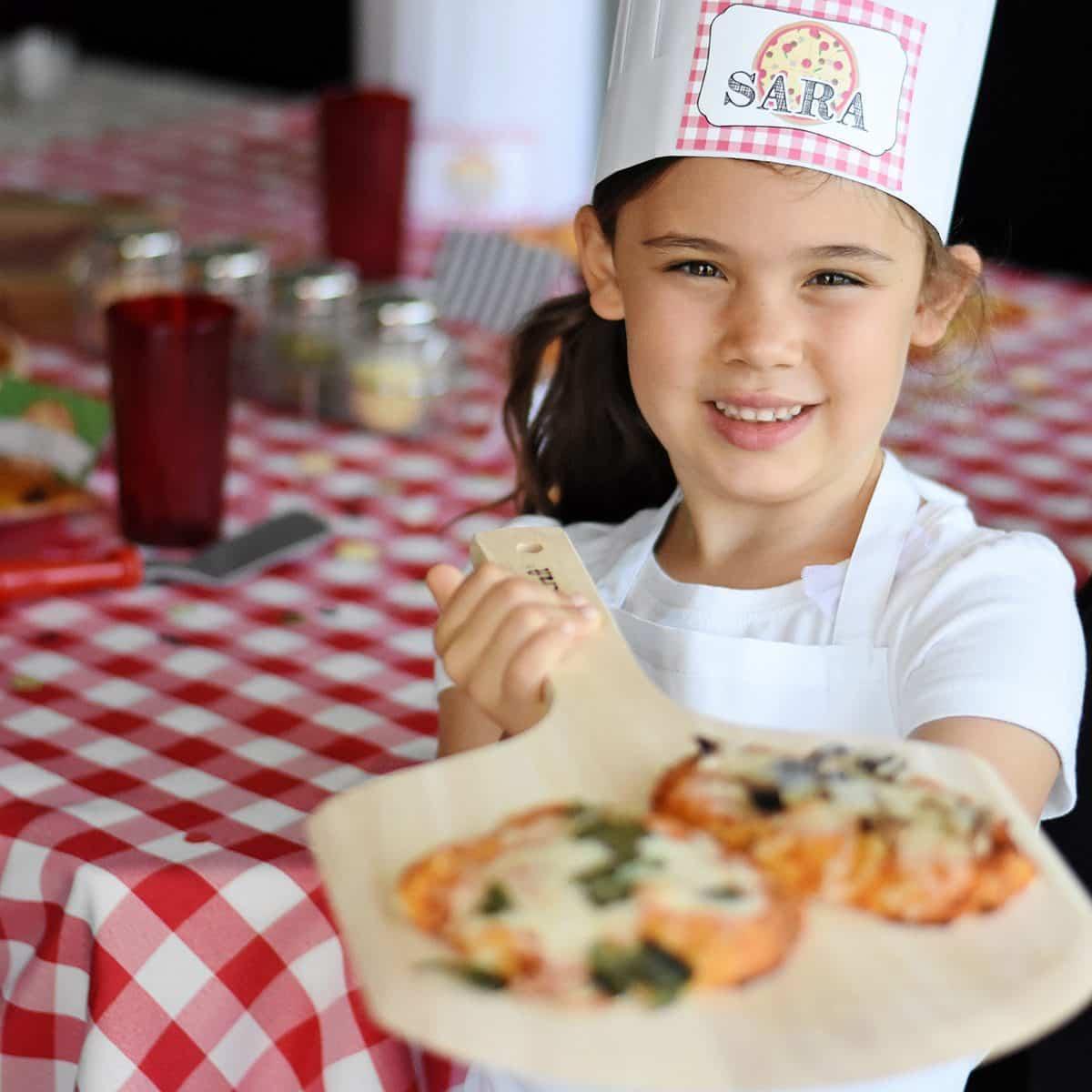 CHICA JOVEN CON PIZZA PARA IDEAS DE FIESTA DE CUMPLEAÑOS DE PIZZA