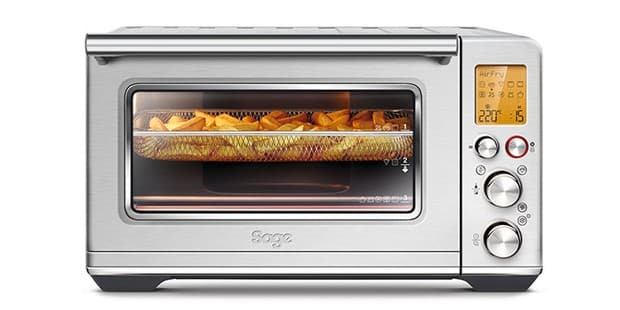 Sage The Smart Oven Air Fryer con papas fritas cocinando en el interior