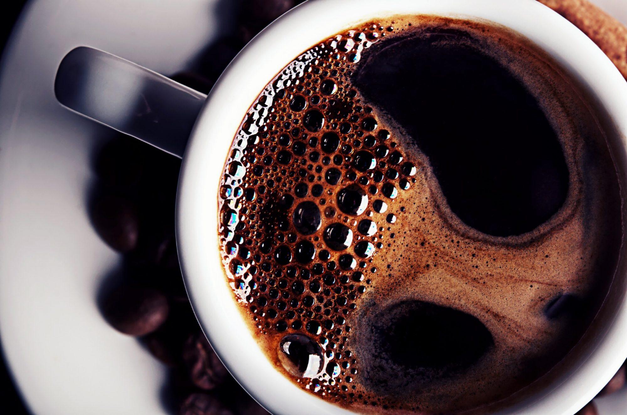 PRIMER PLANO DE LA TAZA DE CAFÉ