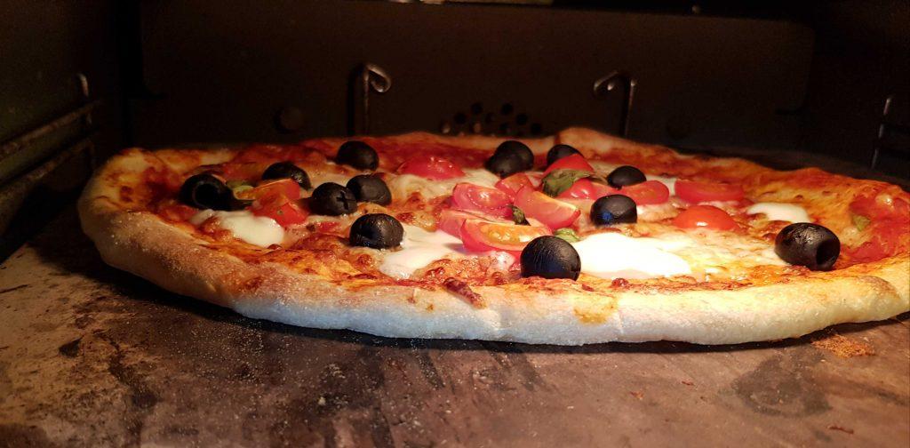 PIZZA BAKED ON A THICK PIZZA STONE POR QUÉ UNA PIEDRA PARA PIZZA GRUESA HACE MEJOR PIZZA