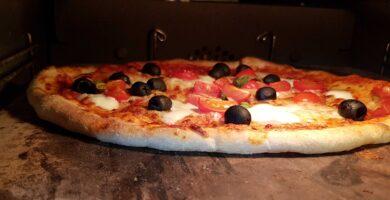 PIZZA BAKED ON A THICK PIZZA STONE SCALED UNA SENCILLA GUÍA PASO A PASO