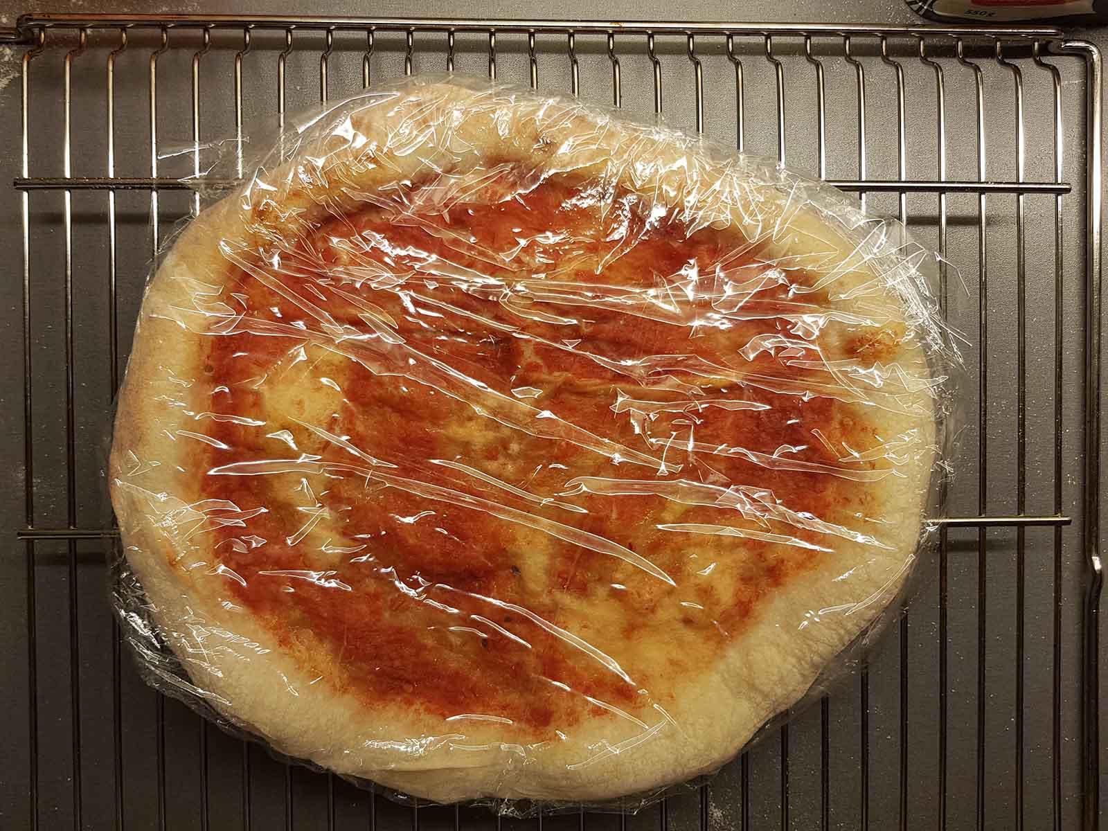 PIZZA IN PLASTIC WRAP CÓMO HACER UNA INCREÍBLE PIZZA CONGELADA CASERA