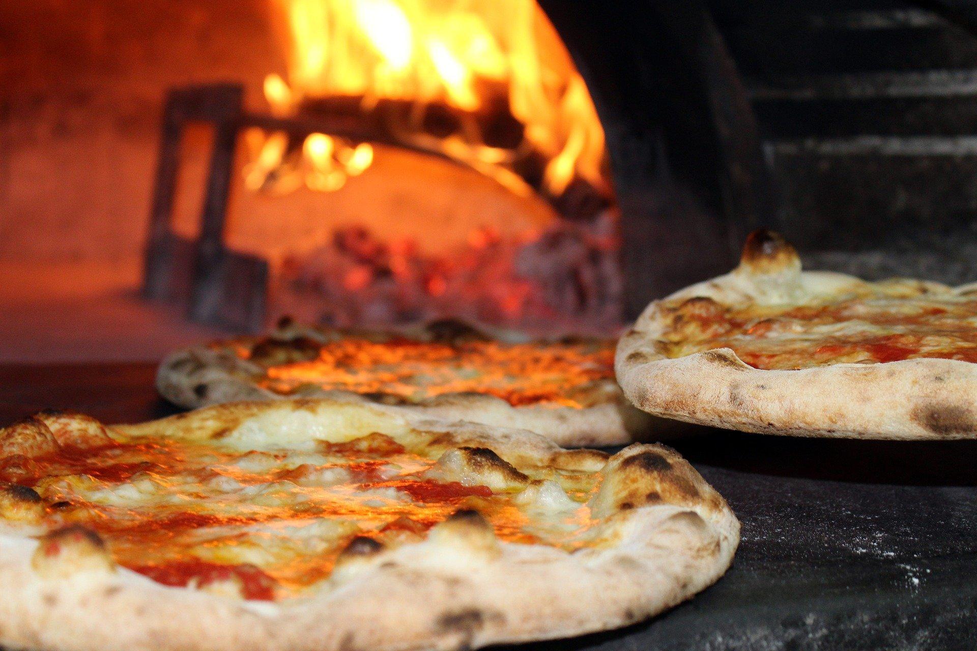 PIZZA IN WOOD FIRED PIZZA OVEN ¿QUÉ ES LA MASA DE PIZZA NAPOLITANA? Y COMO HACERLO