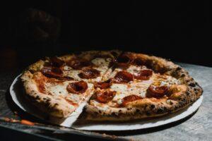 WHY IS PIZZA CALLED PIZZA SCALED ¿POR QUÉ LA PIZZA SE LLAMA PIZZA? UNA HISTORIA INTERESANTE